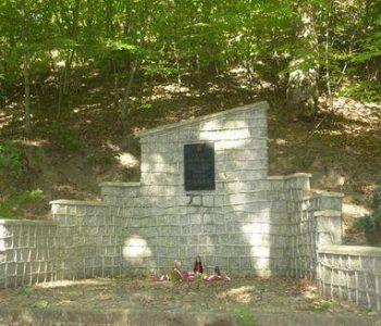 Babie Doły: pomnik płk. Dąbka