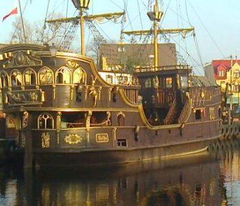 Łeba od strony morza – rejs galeonem Gryf