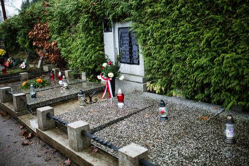 Nagrobek upamiętniający śmierć 33 żołnierzy polskich