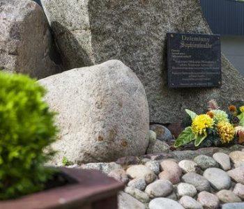Pomnik ofiar Sophienwalde w Dziemianach