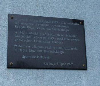 Tablica poświęcona ofiarom UB i 50 – lecia istnienia Muzeum Kaszubskiego
